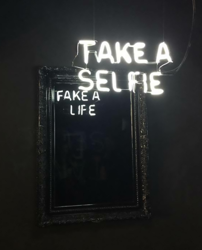 neon-mirror-messages-elmaaltshift-1